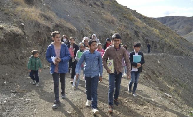 Başkan Sayan, uzaktan eğitime katılabilmek için dağlara tırmanan öğrencilerin yardım taleplerine karşılık verdi