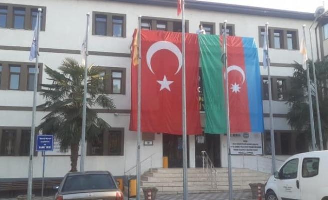 Belediye binasına dev Türk bayrağının yanına dev Azerbaycan bayrağı da asıldı