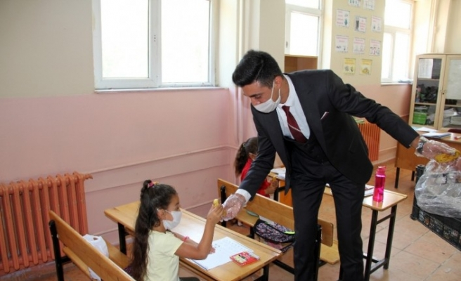 Belediyelerden gelen yardım paketleri Ağrılı öğrencilere dağıtıldı