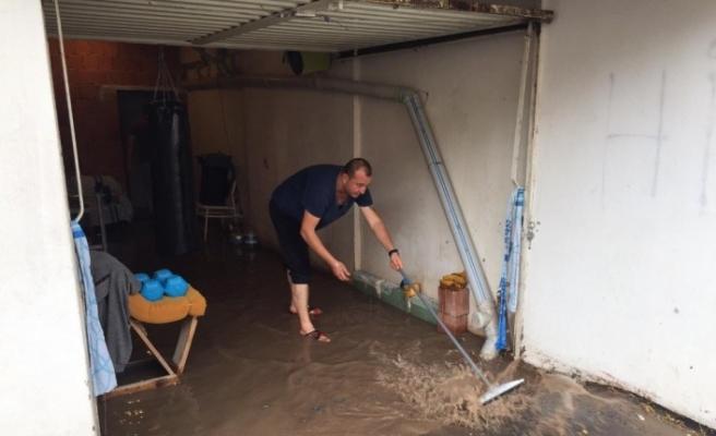 Eskişehir'de aniden başlayan yağmur ve dolu yağışı hayatı felç etti