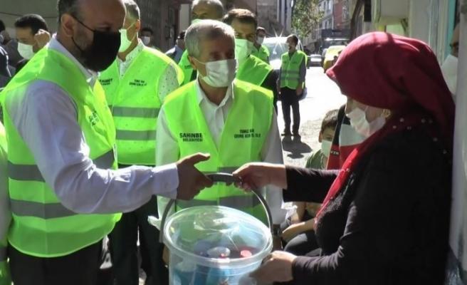 Gaziantep'te evinin önünü temizleyenlere 'temizlik seti' hediye