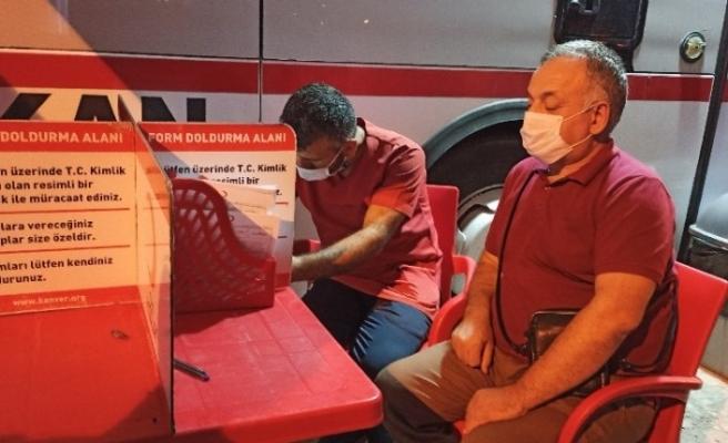 Görme engelli eski milletvekili Ayva, kan bağışı yaparak çağrı yaptı