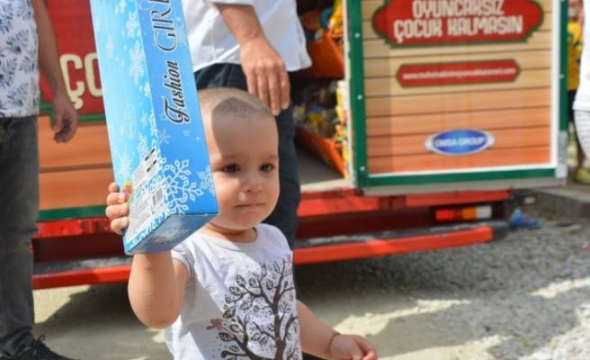 Köy köy dolaşıp çocuklara oyuncak dağıtıyor