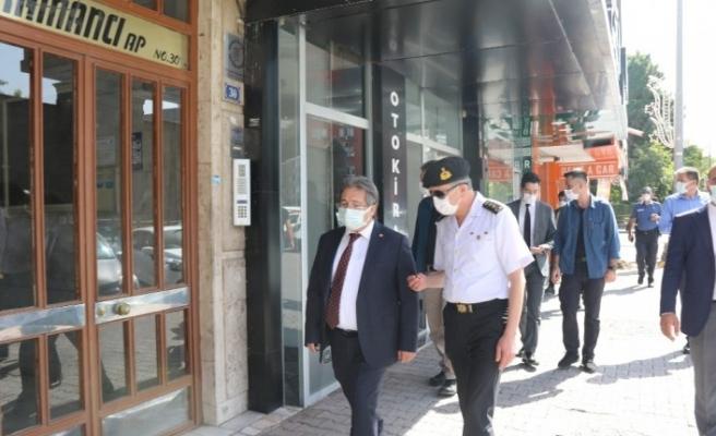 Maskesiz telefonla konuşan şahıs, polise kimlik vermemek için direndi