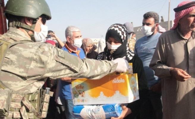 Mehmetçik Barış Pınarı Harekatı bölgesindeki halkı yalnız bırakmıyor