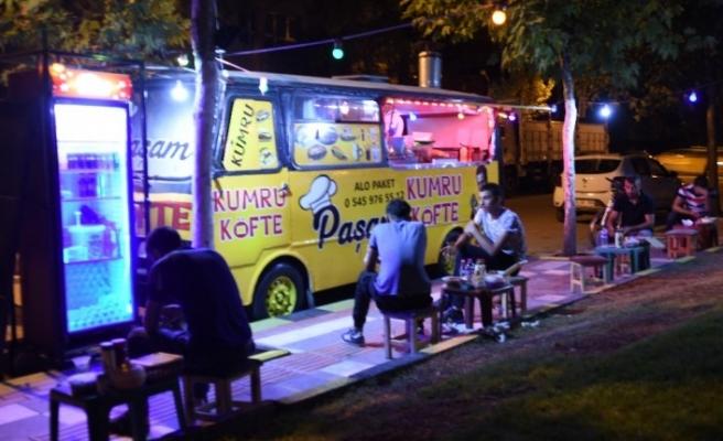 Nostaljik minibüs gençlerin ekmek kapısı oldu