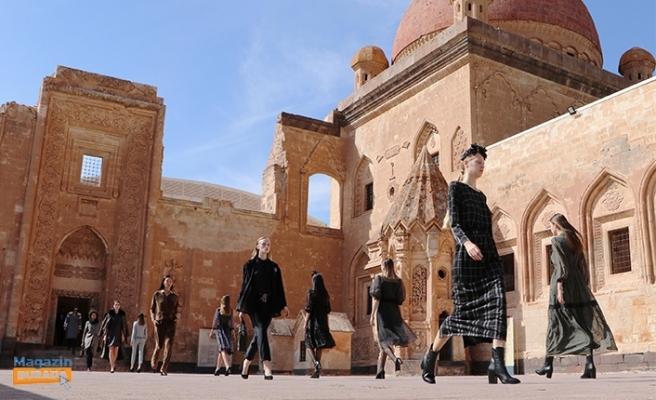 Osmanlı'nın Tarihi Sarayı Defile Oldu!