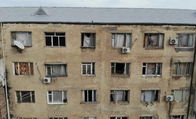 (Özel) Gence'de füze saldırısı sonucu camları kırılan savaşzedeler kırılan camlarını naylon ve kilimle örttü