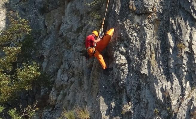 (Özel) Kanyondan yuvarlanan dağcıyı kaskı ölümden kurtardı