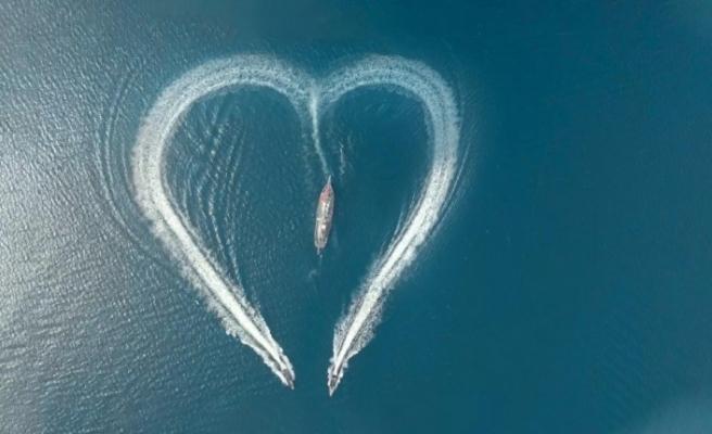 Sağlık çalışanları için denizin ortasına dev kalp çizdiler