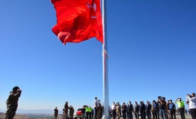 Yeni yapılacak Özel Harekat binası için dev Türk bayrağı