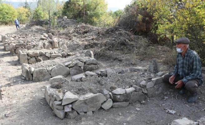 Yıktırdığı mezarların yerine temsili mezarlar yaptırdı