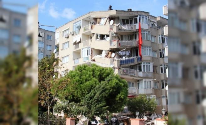 Apartmanlarının yıkımın çaresizce gözyaşları içerisinde izlediler tek tesellileri Türk bayrağı oldu