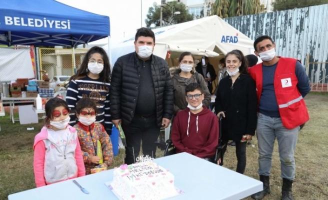Çadır kentte umut dolu doğum günü sürprizi