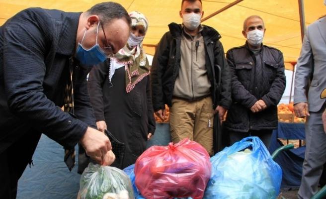 Elazığ'da vali pazara gitti, gülümseten diyaloglar yaşandı