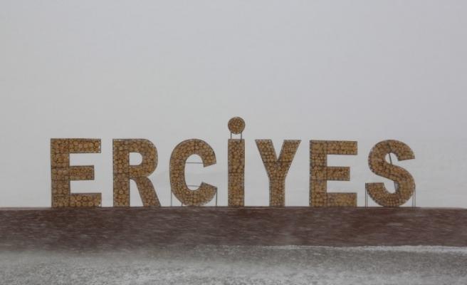 Erciyes Kayak Merkezi'ne lapa lapa kar yağdı
