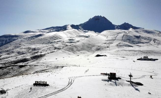 Erciyes'te kar kalınlığı 15 santime ulaştı, zirve beyaza büründü