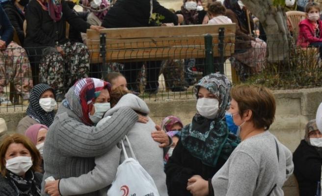 İzmir depreminde ölen hala ve yeğenleri toprağa verildi