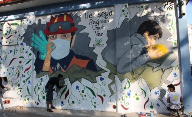 İzmir depreminin simgeleri Elif ve Ayda bebeğin resimleri Diyarbakır'da duvarlara çizildi