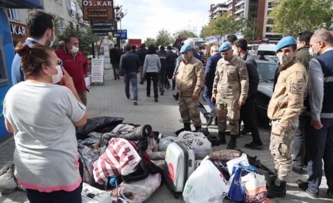 İzmir'de hasarlı binalardan tahliyeler devam ediyor