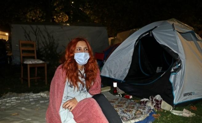 İzmir'de vatandaşlar çadırlarda kalmaya devam ediyor