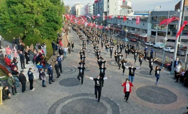 İzmit'te bin kişi zeybek oynayarak Cumhuriyet coşkusunu yaşadı