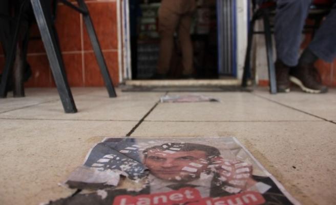 Macron'un fotoğraflarını yere serip üzerinden geçtiler