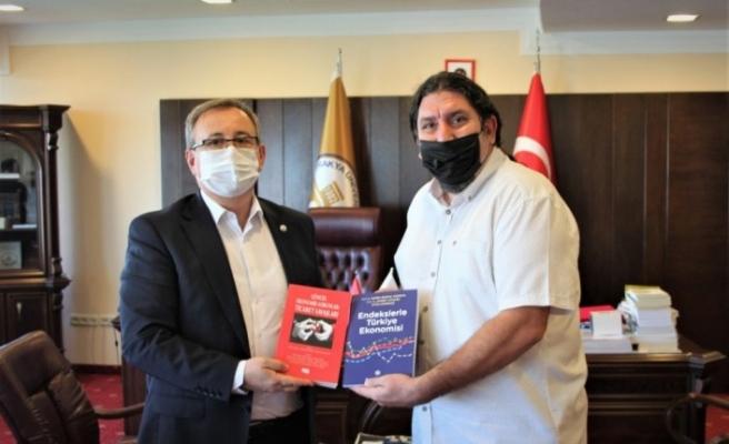Öğretim üyelerinden Türkiye ve dünya ekonomisine katkı sunan iki önemli kitap
