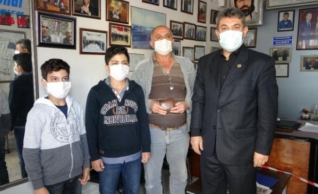 Suriyeli çocuklar buldukları cüzdanı sahibine teslim etti