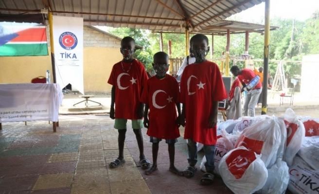 TİKA'dan Güney Sudanlı çocuklara malzeme yardımı