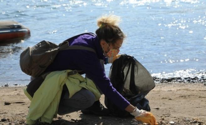 Ünlü sanatçılar Bodrum'da yerden izmarit topladı
