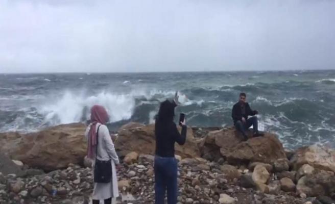Uyarılara aldırmadılar dev dalgaların altında kaldılar