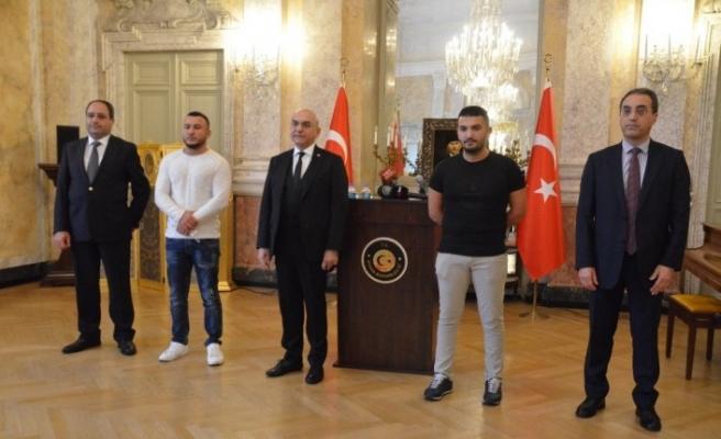 Viyana Büyükelçiliğinden kahraman Türk gençlere plaket