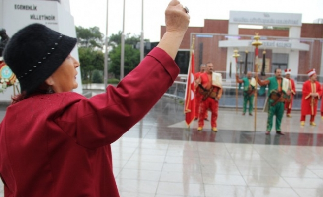 Yaşlı kadının bayram coşkusuna yağmur da engel olmadı