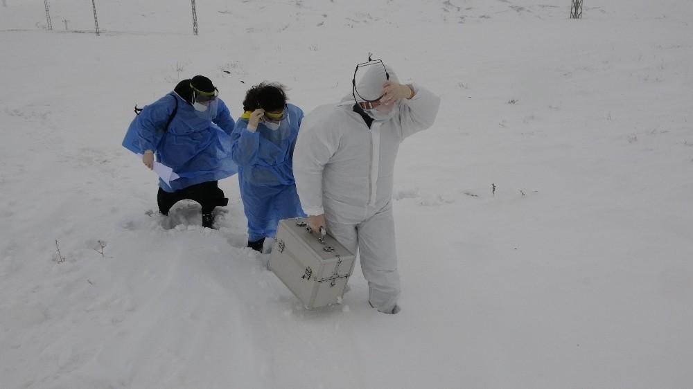 Araçları yolda kalan sağlıkçılar karlı dağları yürüyerek Saadet Nine'nin aşısını yaptı