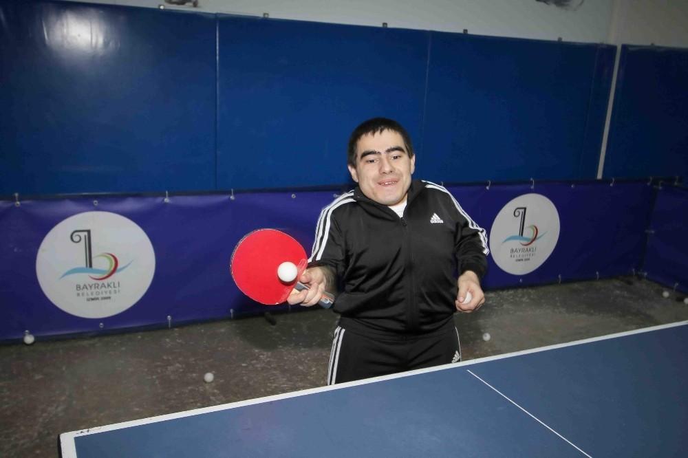 Engelli sporcu Atılmaz, masa tenisinde Başkan Sandal'ı mağlup etti