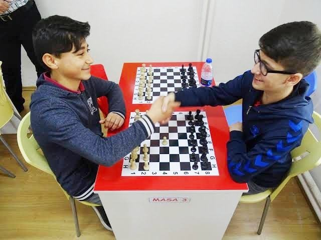 Havranlı öğrenciler ara tatilde oneline satranç turnuvasına katılıyor