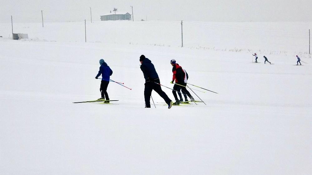 Kayaklı koşu sporcuları dondurucu soğuklarda ter dökerek yarışmalara hazırlanıyor