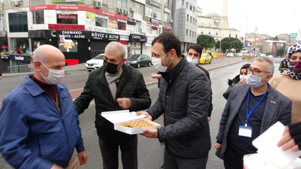 Maltepe'de sokağa çıkma kısıtlamasında vatandaşlar polise baklava ikram etti