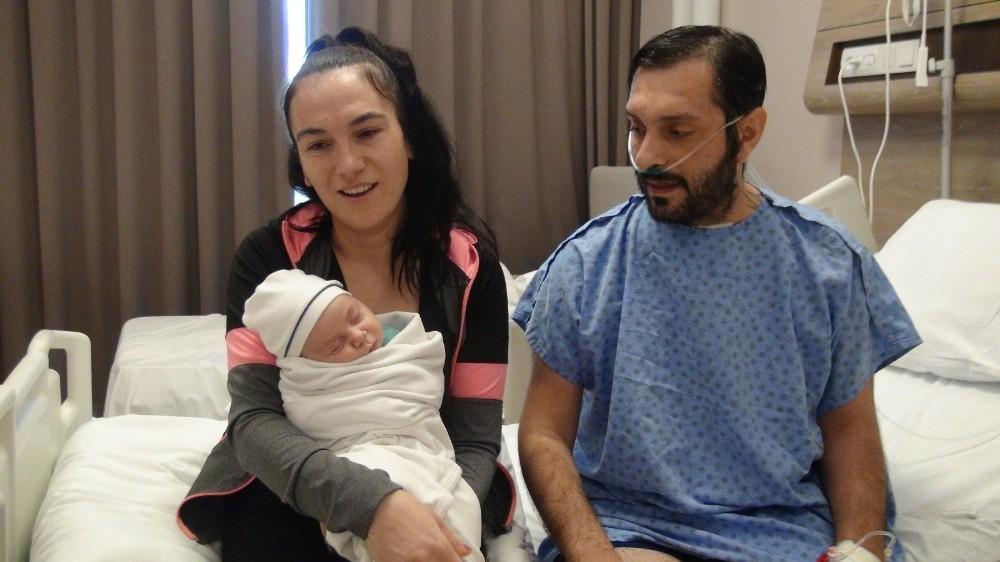 (ÖZEL) Yoğun bakımda ölüm kalım mücadelesi verirken aynı hastanede oğlu dünyaya geldi