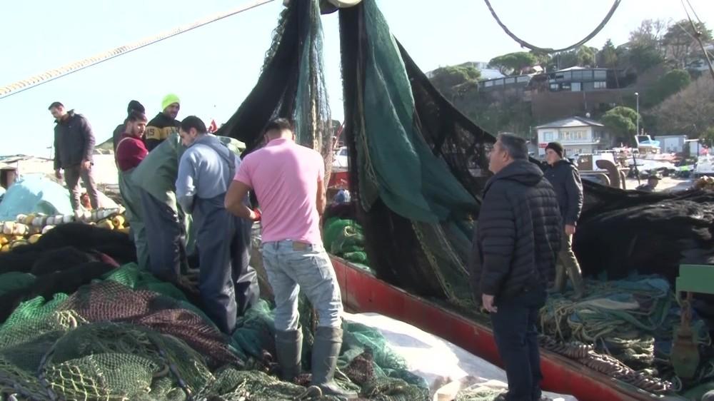 (Özel)Uzatılan hamsi yasağı sonrası balıkçı tekneleriyle dolan Şile Limanı havadan görüntülendi