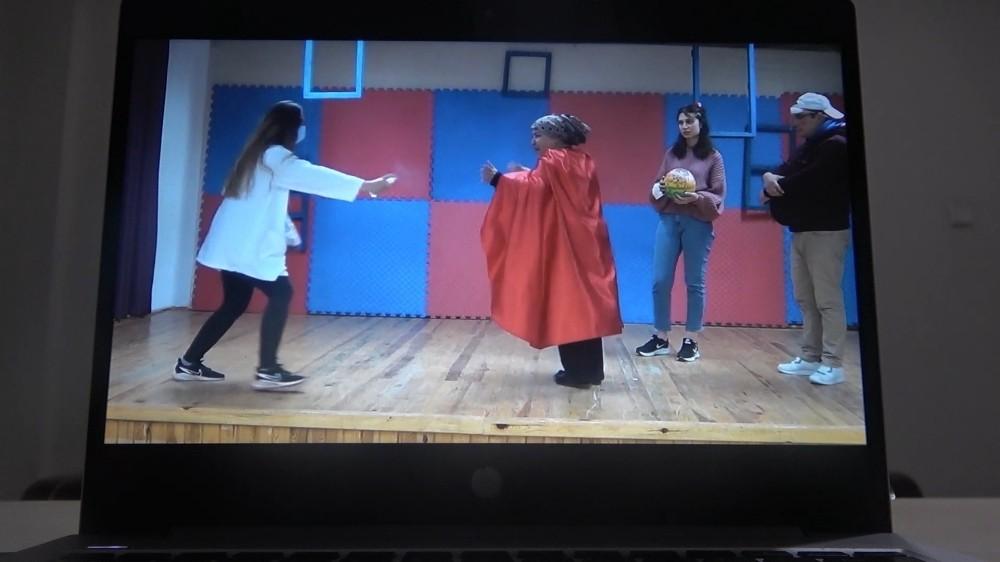 Tiyatro oyunları evlere taşındı: Gösterimler dijital ortamda