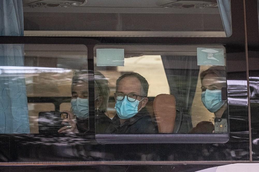 Wuhan'da zorunlu karantina süresi dolan DSÖ ekibi otelden ayrıldı
