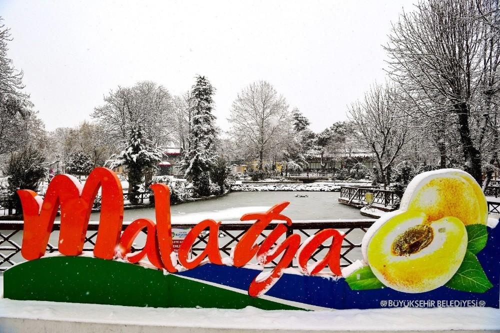 Malatya'da kar yağışı sonrası kartpostallık manzaralar oluştu