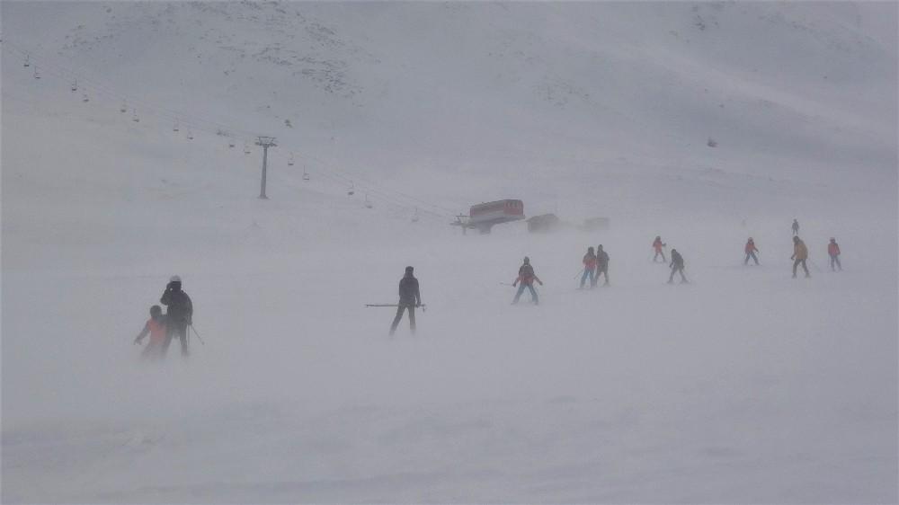 Minik kayak sporcularını fırtına bile durduramadı