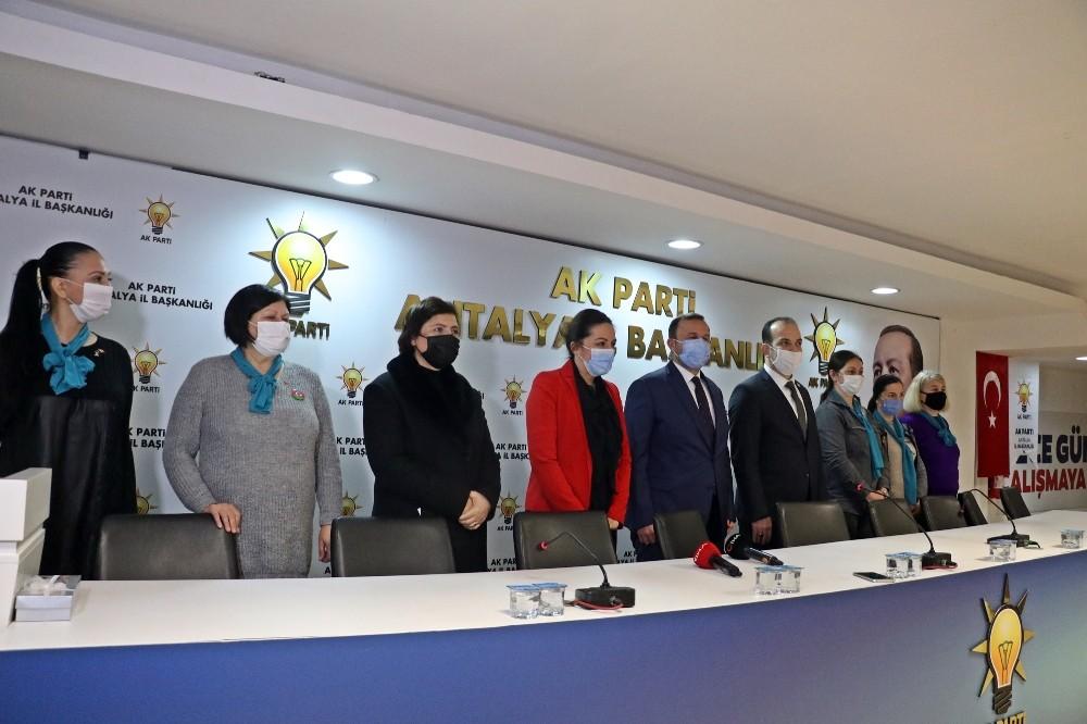 Rus gelin Ksenia'nın AK Parti'yi seçtiğini duyan yerleşik yabancılar üyelik için kuyruğa girdi