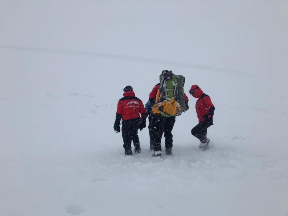Tipi ve fırtınada Uludağ'ın zirvesine çıkmaya çalışan dağcıyı ölümden jandarma kurtardı