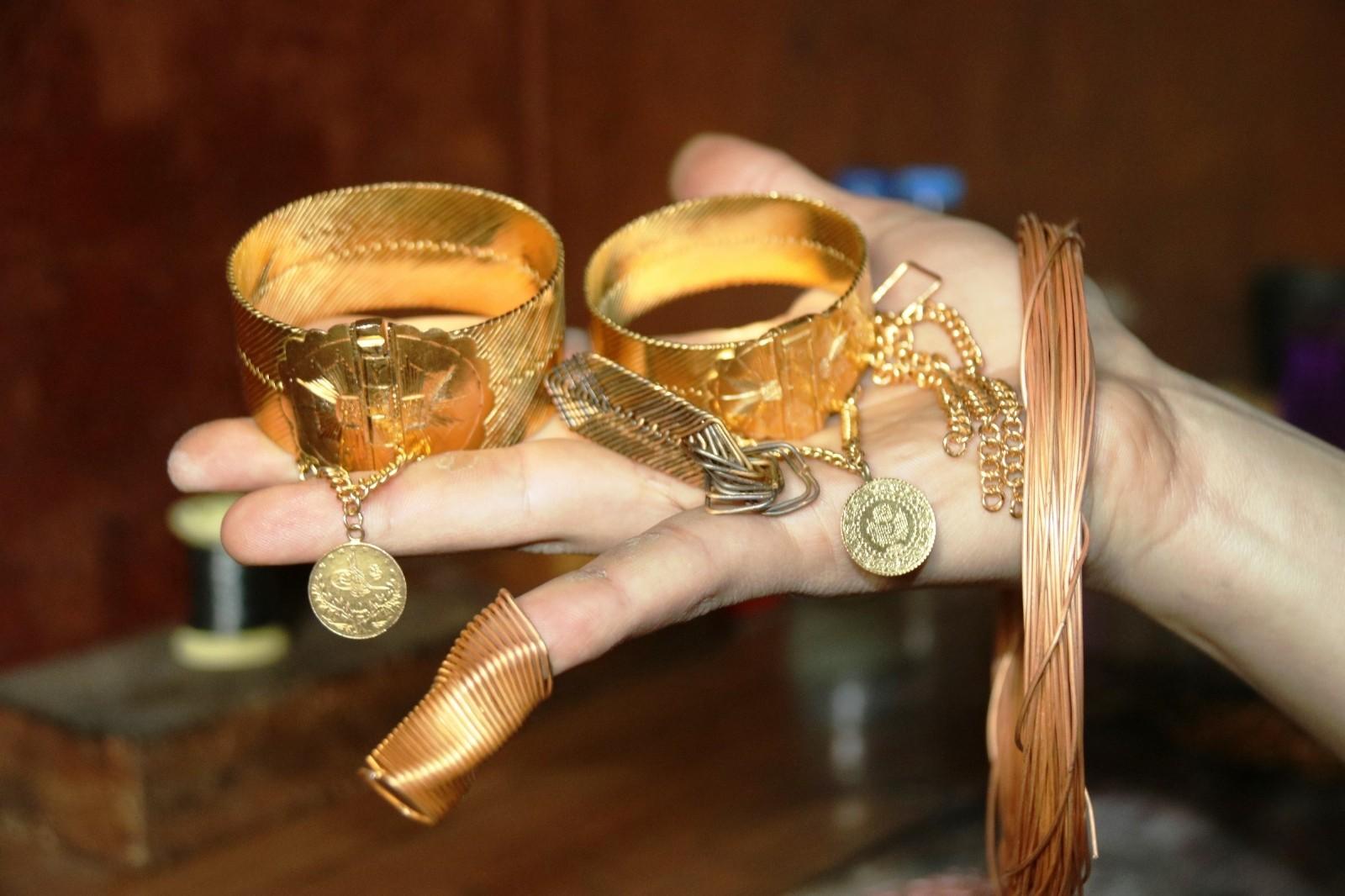 Avrupa'ya kadar açılan ve 40 yıla kadar ömrü olan Diyarbakır 'hasır' bileziği için usta yetişemiyor