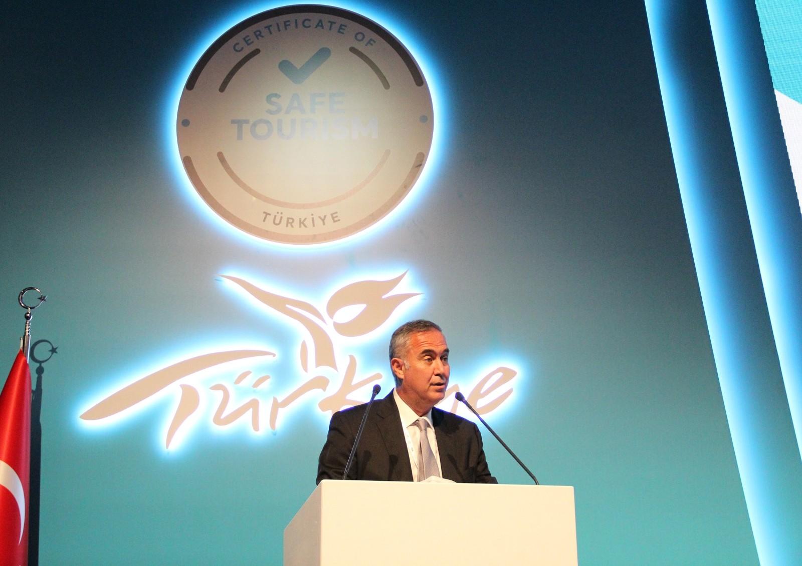 """Bakan Ersoy: """"Güvenli Turizm Sertifika Programına an itibariyle 9 bin 800'in üzerinde tesis ve araç alındı """""""
