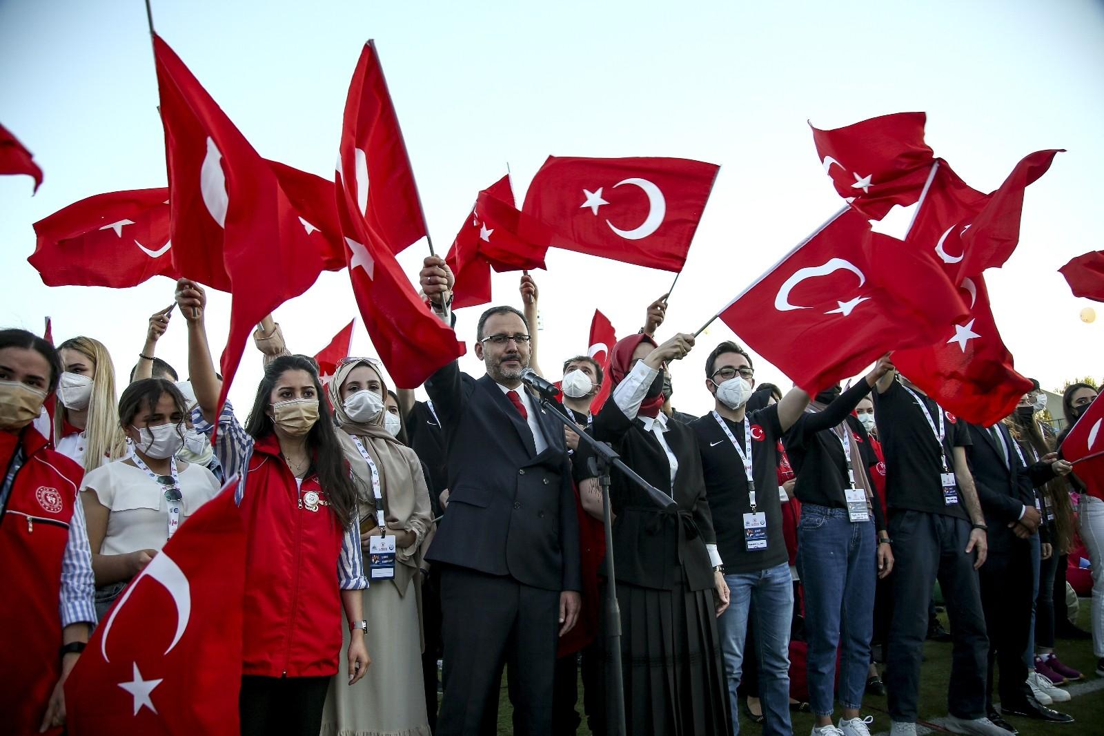 Bakan Kasapoğlu, gençler ile bir araya gelerek İstiklal Marşı'nı okudu